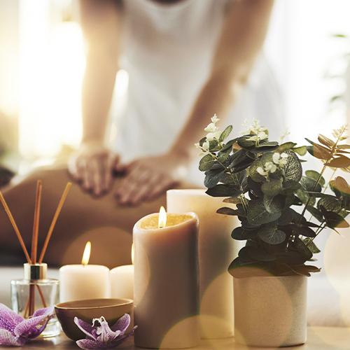 Massør udfører wellness massage i København